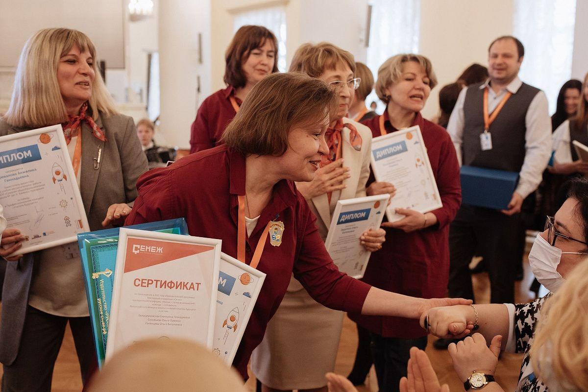 Свердловская область стала безусловным лидером по числу победителей среди регионов: все четыре команды финалистов одержали победу в профессиональном конкурсе «Учитель будущего»
